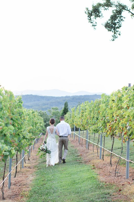 blue_mountain_vineyard-couple_backs