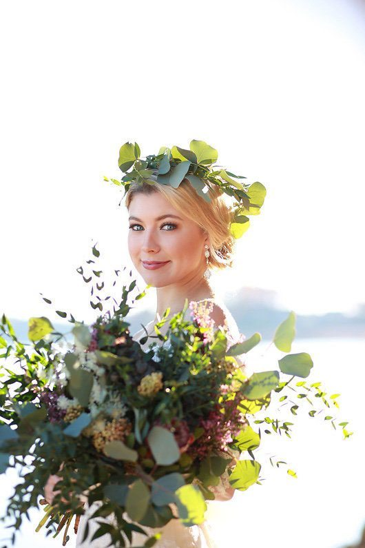 Winter_Wedding_Inspiration_by_Douglas_Lake-holding_bouquet_and_flower_crown