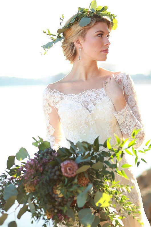 Winter_Wedding_Inspiration_by_Douglas_Lake-lace_dress_and_bouquet