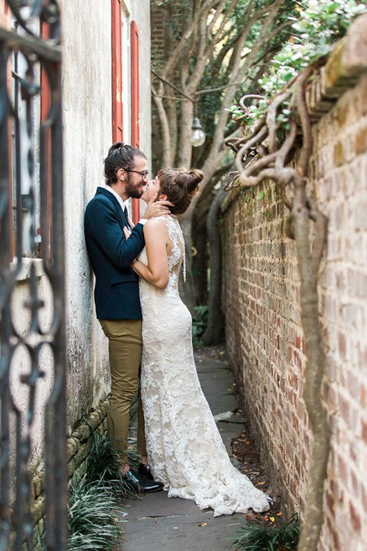 French_Boho-bride_and_groom_kissing_in_alley